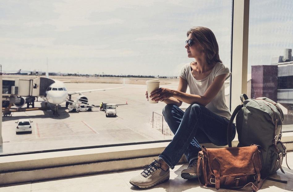 Une femme dans un aéroport